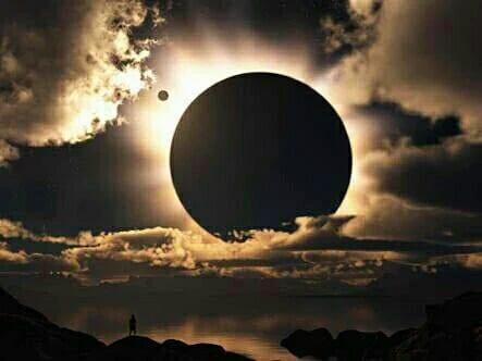 Eclipse totale de la terre par la lune dans le pacifique